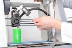 Wetenschapper die met driedimensionele printer werken Stock Foto's
