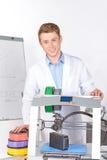 Wetenschapper die met driedimensionele printer werken Royalty-vrije Stock Afbeelding
