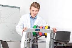 Wetenschapper die met driedimensionele printer werken Stock Fotografie