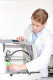 Wetenschapper die met driedimensionele printer werken Royalty-vrije Stock Afbeeldingen