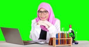 Wetenschapper die met laptop bij camera glimlachen stock video