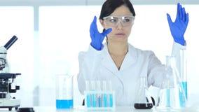 Wetenschapper die nieuw idee in laboratorium veronderstellen, onderzoekswerk stock videobeelden