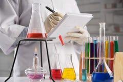 Wetenschapper die nota's in laboratorium maakt royalty-vrije stock foto