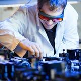 Wetenschapper die onderzoek naar een quantumopticalaboratorium doet stock fotografie