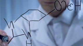 Wetenschapper die op glas structurele formule schrijven, talrijke organische verbindingen stock video