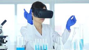Wetenschapper die virtuele werkelijkheidsglazen voor in laboratorium gebruiken, vr beschermende brillen stock video