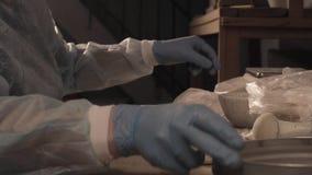 Wetenschapper die voorbereidingen voor onderzoek voorbereiden stock footage