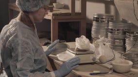 Wetenschapper die voorbereidingen voor onderzoek voorbereiden stock videobeelden