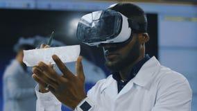 Wetenschapper die VR-glazen voor exploratie gebruiken stock footage