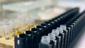 Wetenschapper gezette virussteekproef in flesjes Het concept van de de microbiologiewetenschap stock video