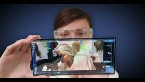 Wetenschapper het scrollen door medisch onderzoekvideo's stock footage