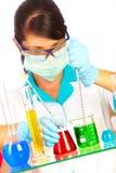Wetenschapper in laboratorium met reageerbuizen Royalty-vrije Stock Foto's