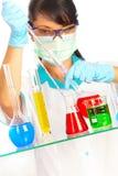 Wetenschapper in laboratorium met reageerbuizen Stock Afbeeldingen