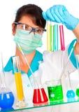 Wetenschapper in laboratorium met reageerbuizen Royalty-vrije Stock Fotografie