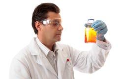 Wetenschapper met chemische producten Stock Foto's