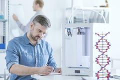 Wetenschapper met 3D printer Stock Foto's