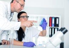 Wetenschapper twee in laboratorium onderzoek Stock Foto's