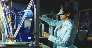 Wetenschapper in VR-glazen die in laboratorium werken stock video