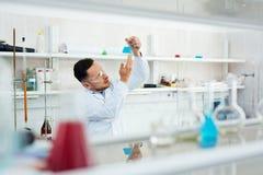 Wetenschapper Working in Laboratorium met Reageerbuizen stock foto