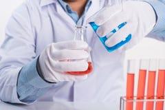 Wetenschapperdaling cemical in laboratoriumreageerbuis bij het werken tabl royalty-vrije stock afbeeldingen