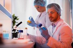 Wetenschappers bij botanisch laboratorium royalty-vrije stock foto