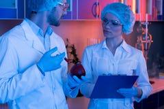 Wetenschappers bij botanisch laboratorium stock foto