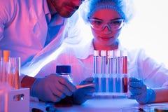 Wetenschappers bij chemisch laboratorium stock fotografie