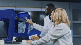 Wetenschappers die 3-D druktechnologieën onderzoeken stock footage