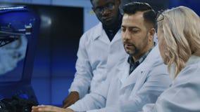 Wetenschappers die 3-D druktechnologieën onderzoeken stock videobeelden