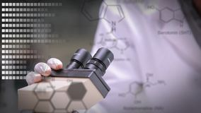Wetenschappers die door een microscoop kijken stock video