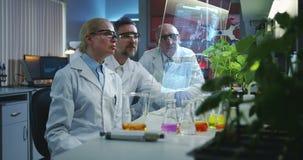 Wetenschappers die het holografisch vertoningsscherm met behulp van stock videobeelden