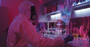 Wetenschappers die holografische vertoning gebruiken stock footage