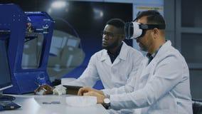 Wetenschappers die met 3d druk en VR werken stock video