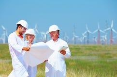 Wetenschappers die project op windenergiepost bespreken stock afbeeldingen