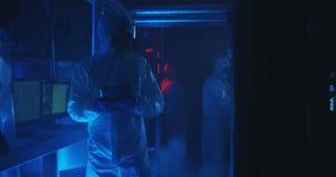 Wetenschappers die van sc?ne van arbeidsongeval vluchten stock video