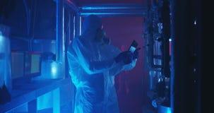 Wetenschappers en robot die het onderhoudswerk leiden stock video