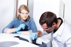 Wetenschappersonderzoek naar een laboratoriummilieu royalty-vrije stock fotografie