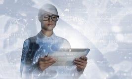 Wetenschappervrouw die tabletpc met behulp van Gemengde media Stock Foto