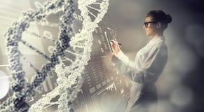 Wetenschappervrouw die tabletpc met behulp van Gemengde media Stock Afbeeldingen