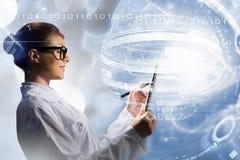 Wetenschappervrouw die tabletpc met behulp van Gemengde media Gemengde media Stock Afbeeldingen