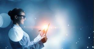 Wetenschappervrouw die tabletpc met behulp van Gemengde media Gemengde media Stock Foto's