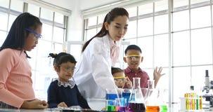 Wetenschapsexperiment in laboratoriumklasse stock videobeelden