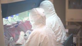 Wetenschapslaboratorium, virologie medische wetenschapper die, de bioloog van de technicusarbeiders van de onderzoekersviroloog i stock videobeelden