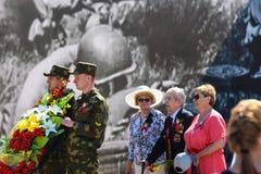Weteran wojenny kłaść kwiaty zabytek na zwycięstwo dniu zdjęcia stock