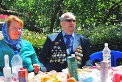 Weteran wojenny siedzi przy stołem Zwycięstwo dnia świętowanie w Moskwa Fotografia Royalty Free