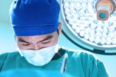 Weterynarz lekarka pracuje funkcjonującego izbowego wp8lywy z sztuki oświetleniem i błękit filtrujemy Obrazy Royalty Free