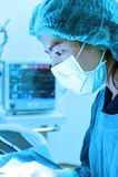 Weterynarz lekarka pracuje funkcjonującego izbowego wp8lywy z sztuki oświetleniem i błękit filtrujemy Fotografia Stock