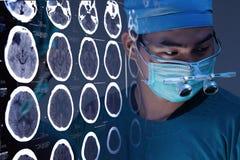 Weterynarz operaci funkcjonujący pokój z wizerunkami od skomputeryzowanej tomografii mózg Zdjęcia Royalty Free