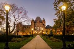 Wetgevende vergadering van Ontario bij nacht in Queenspark wordt gesitueerd - Toronto, Ontario, Canada dat stock foto's