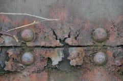 Wethered metalu surfaceon drewniana brama Zdjęcie Royalty Free